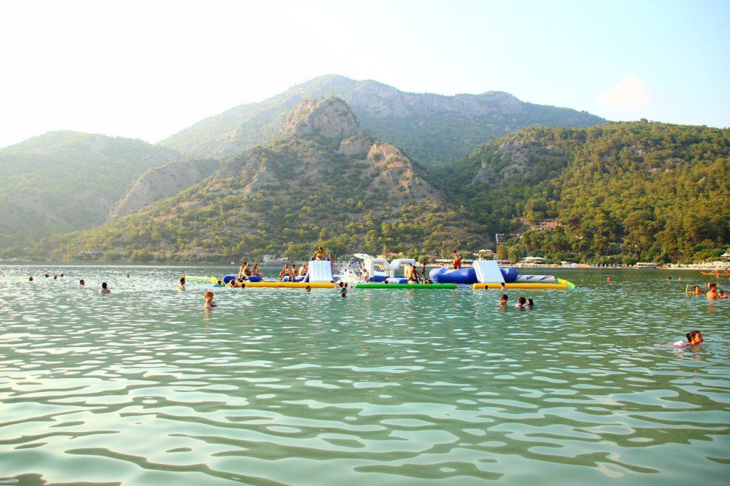 Олюдениз — небольшой, уютный курортный поселок, расположенный в 60 км от аэропорта Даламан, в окружении живописных гор, потрясающих пляжей на побережье, где встречаются Эгейское и Средиземное море.