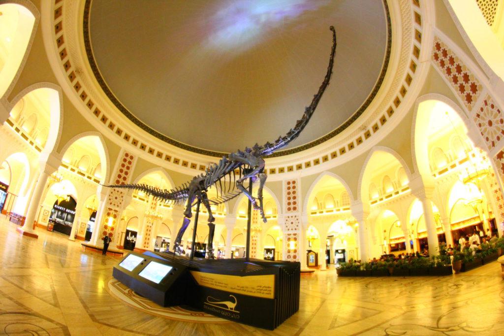 Дубай, торговый центр Dubai Mall, макет динозавра